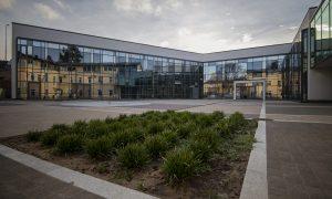"""Ārtelpas labiekārtojums. Daugavpils Dizaina un mākslas vidusskolas """"Saules skola"""" apbūves komplekss. Pasūtītājs Daugavpils pilsētas dome, projekts MARK ARHITEKTI, būvnieks LAGRON, būvuzraudzība Būvzinis."""